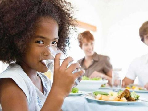 نوشیدن آب در حین غذا خوردن